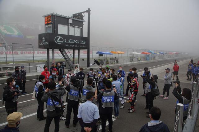 画像: 開始の可否を話し合うJSB1000クラスの選手会 霧だと走行の視界はもちろん、各ポストから出されるコーションフラッグが見えなくなるからこその走行不可能なんです