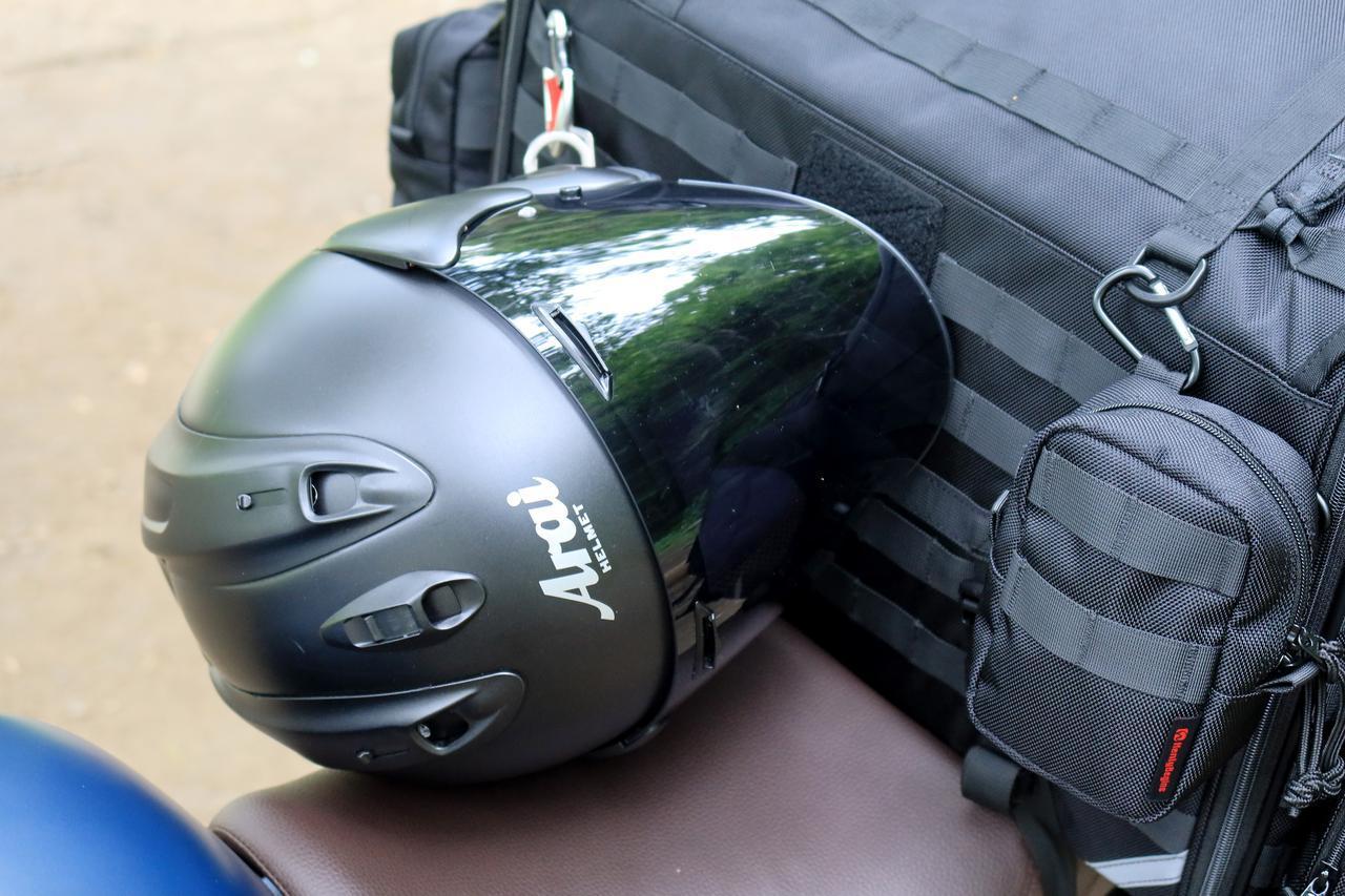 画像: ▲カラビナを簡易ヘルメットホルダーとして活用。
