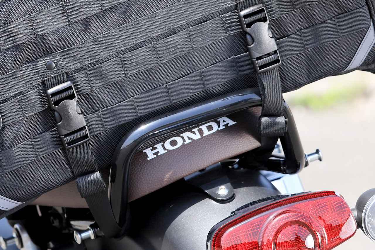 画像: ▲車体に取り付けたベルトのバックルをバッグ側の受けにつければ完成! 慣れれば5分ほどで積載できるでしょう。