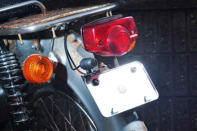 画像: ナンバーが割れたらイヤなのでナンバーベースを取り付けるのだ。 - webオートバイ