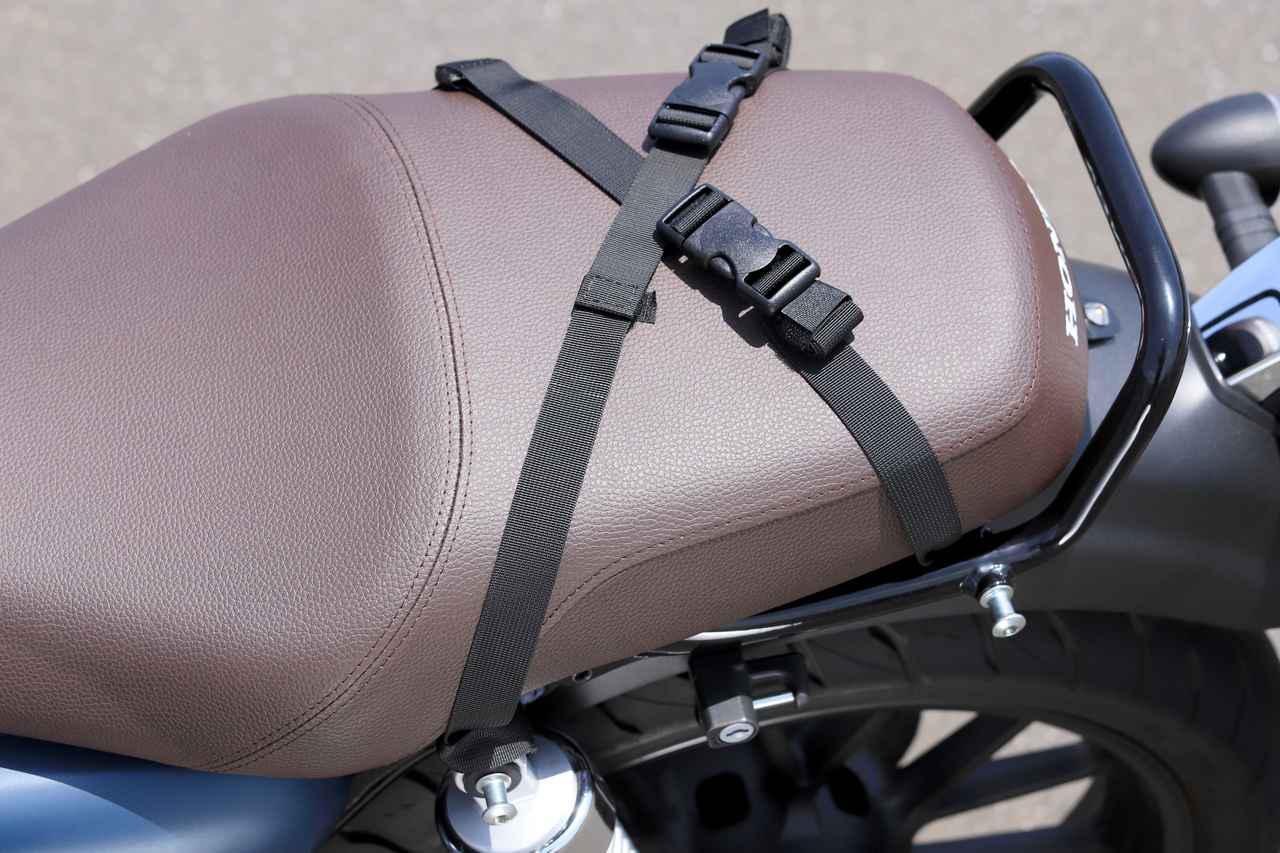 画像: ▲取り付けベルトは、ベルトどうしを連結できるので、バッグを外した際も安心。ちなみに多くヘンリービギンズのシートバッグ製品と共通のバックルを採用しています。