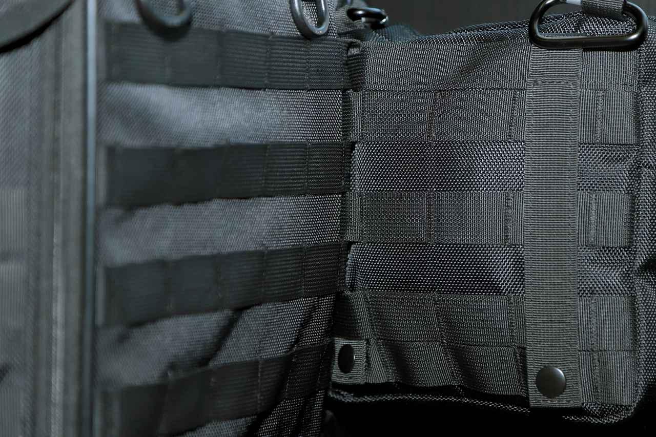 画像: ▲メインバッグとポーチの「PALSテープ」をクロスさせながら装着することで、がっちりと一体化します。さらにカラビナを適宜Dリングなどに掛ければ完璧!