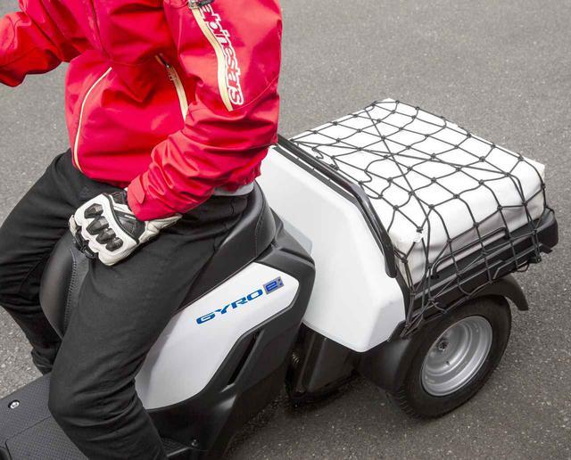 画像: 低床で荷物の積み下ろしに便利な大型のリアデッキを備える。