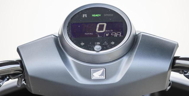 画像: 視認性の良い液晶メーターの右下部分にはバッテリー残量が%で表示される。