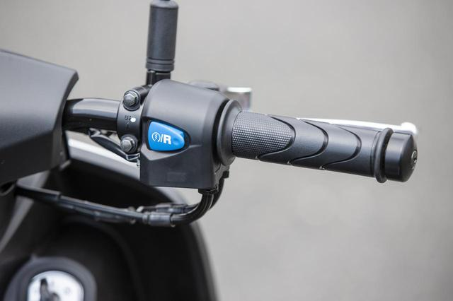 画像: 右手側のハンドルスイッチにはスタート/リバースボタン。左手側のスイッチと同時に操作することでリバース(後退)が可能だ。