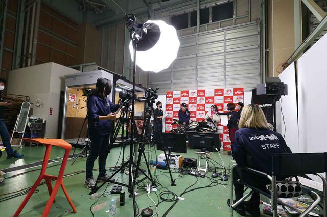 画像: ▲会場は静岡県のデイトナさん。スタジオはこのような作りになっていました。 www.youtube.com