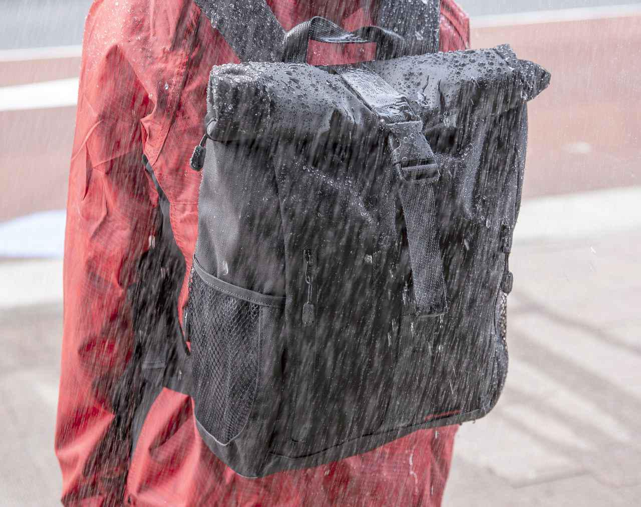 画像: ▲生地は二重構造を採用。生地の内側に防水処理が施されています。つまり生地の外側部分には水がしみ込みます。びしょびしょに濡れると乾かすのが少し大変。