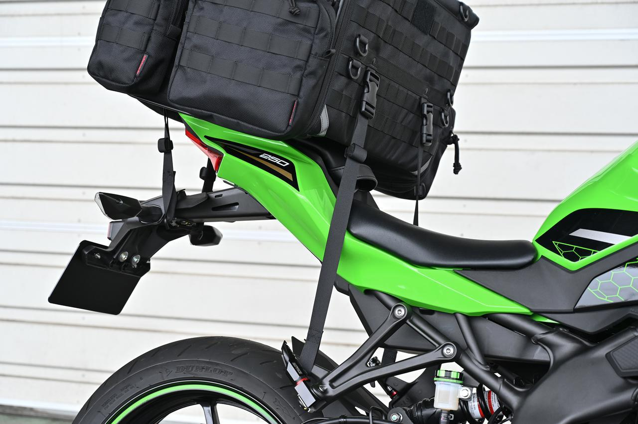 画像: ▲バッグが前側にずれてきてしまいがちなスポーツバイクでもこれなら安心。背中でバッグを支える必要はありません。