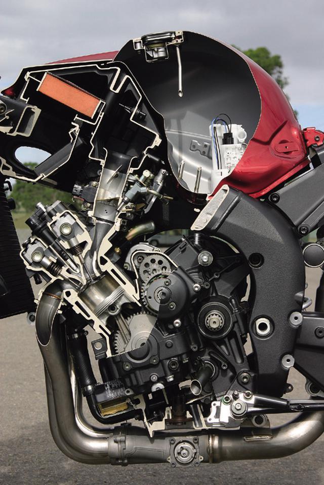 画像: ショートストローク化により高回転化を図るとともに、ピストンのスカートを短くしてフリクションを低減。ラム加圧時には180PSを発揮する。