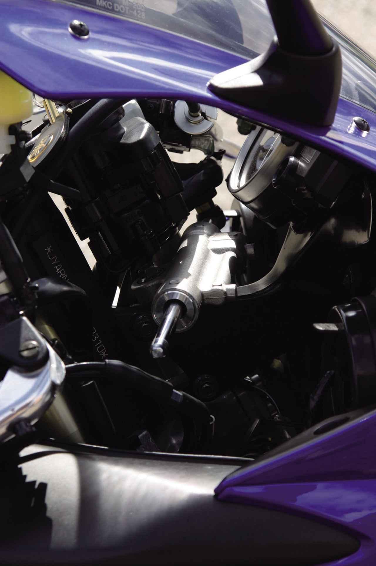 画像: R1の歴史の中で、初めてとなるステアリングダンパー。オプションでオーリンズ製も用意されている。