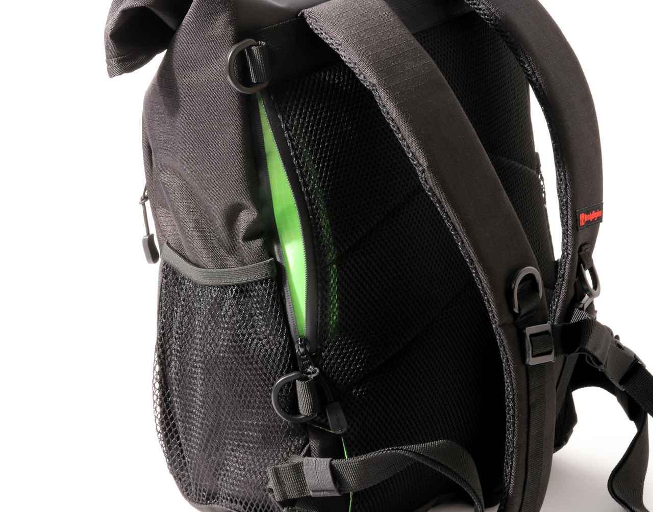 画像: ▲背面に隠しポケットがあります。ここも止水ファスナーが採用されていますが、やはり濡れるものと考えて使っていました。