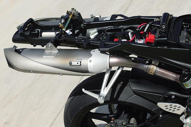 画像: アップタイプの2本出しマフラー。従来型より空力特性や左右重量バランスに優れるという理由で採用された。