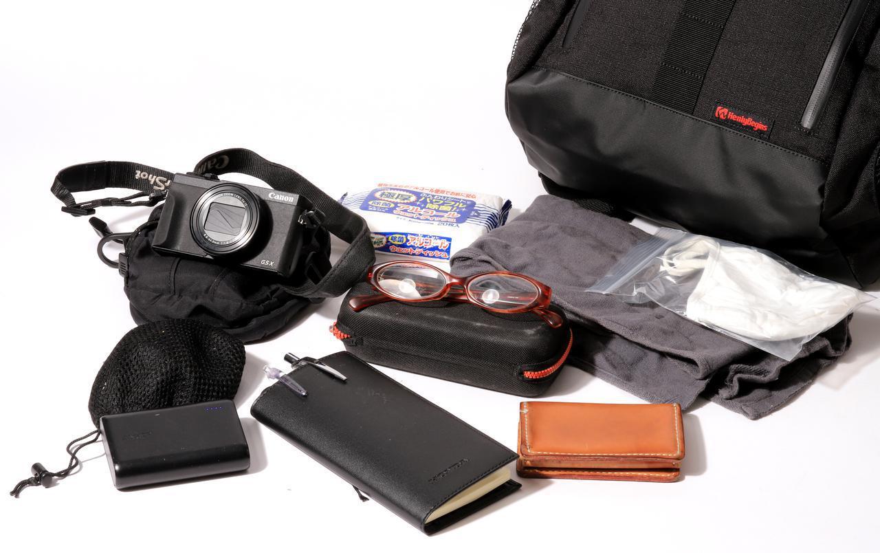 画像: ▲常に入れているのは、コンパクトデジカメ、モバイルバッテリー、メガネ、手帳、名刺入れ、タオル、ティッシュ、予備のマスク。これらに合わせ、レインスーツやノートパソコンを入れることも。けっこう入ります。