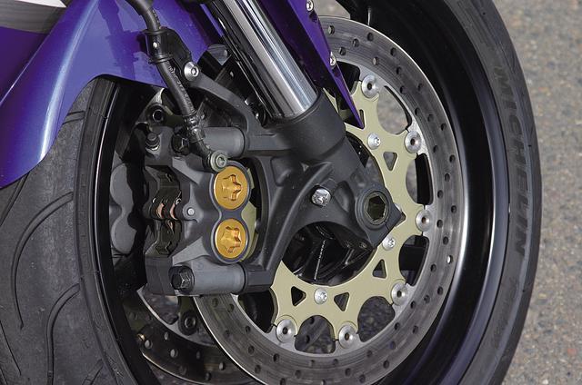 画像: Φ320mmローターにラジアルマウントMOSキャリパーをセット。フォークオフセットは5mm増やされている。