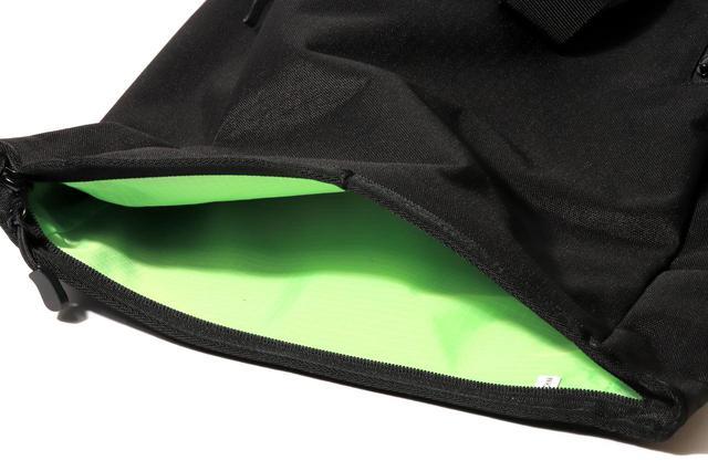 画像: ▲メイン気室のファスナーは止水ではなく、開けやすい普通のタイプ。裏地が黄緑色で中が見やすいが特徴。