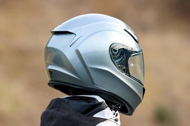 画像: 走行時の横ブレと上方向へのリフトを防ぐウエイクスタビライザーは帽体と一体化され、頭頂部のアウトレットも空力特性を考慮したデザイン。Mサイズの実測重量は1505g。