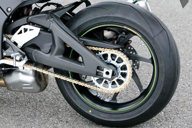 画像: ショーワ製ホリゾンタルバックリンクリアサスペンションを採用。装着タイヤはピレリのディアブロスーパーコルサSP。