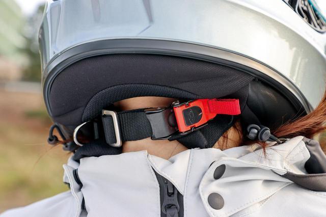 画像: チンバーに装着して空気の巻き込みを防ぐウインドシャッターも同梱されている。