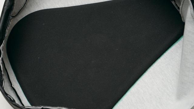 画像: シート裏側にはウレタンのクッション材が配されており、座面上部と接地することで、専用のカバー形状と相まって高いホールド性を確保。