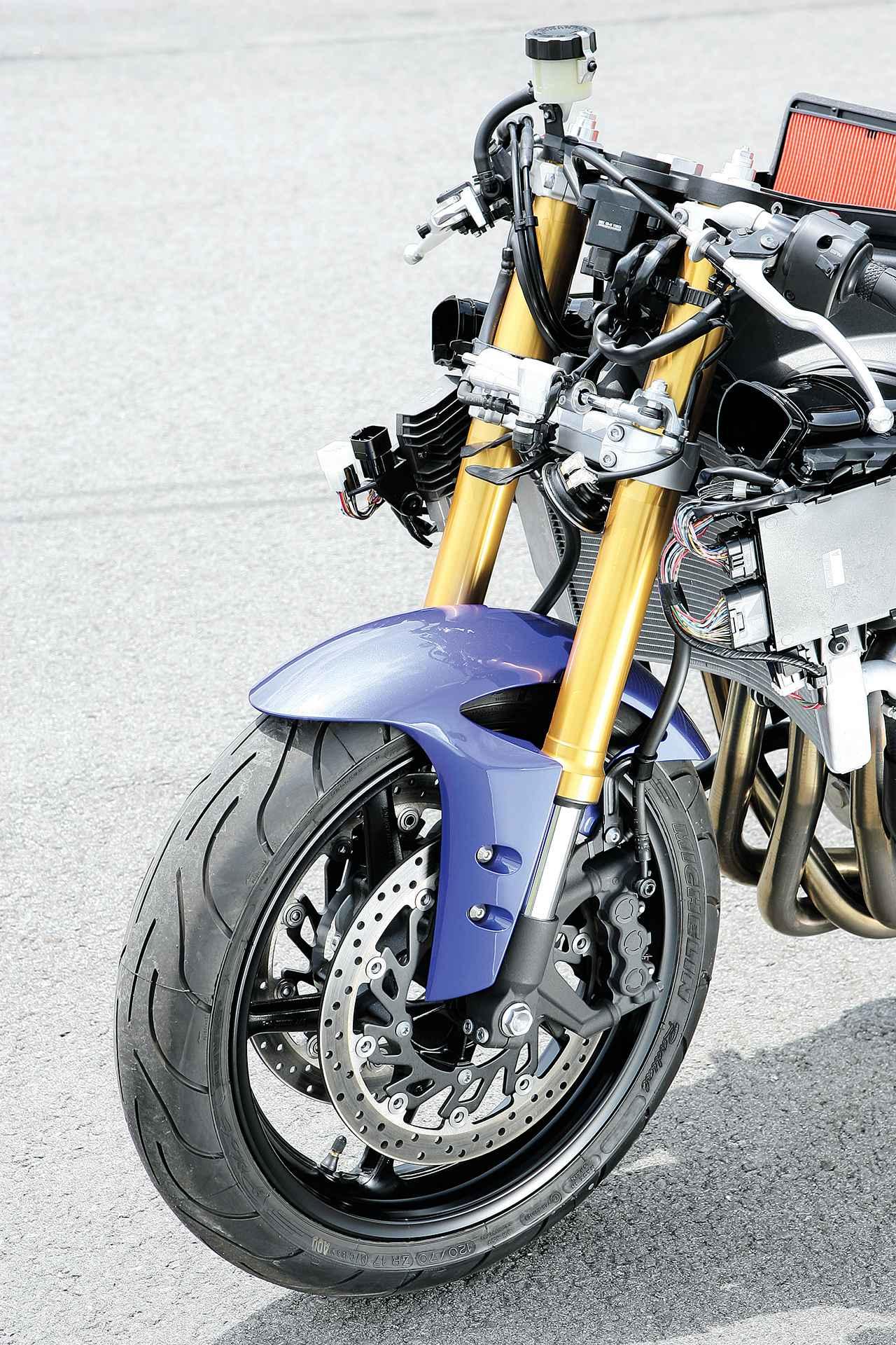 画像: フロントフォークは右が伸側、左が圧側の減衰力を分担して受け持つ。ブレーキは6ピストン4パッド対向キャリパー。