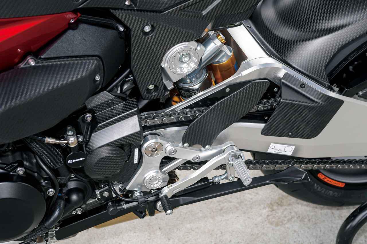画像: クイックシフターは標準装備。ステップはエキセントリックカムを回せば高さを調整できる構造になっている。