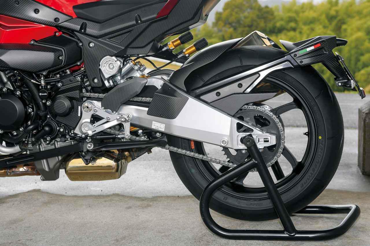 画像: 左右非対称のアルミ製スイングアームは剛性の高そうなデザイン。装着タイヤはニンジャH2の標準装着タイヤと同じBSのRS11。