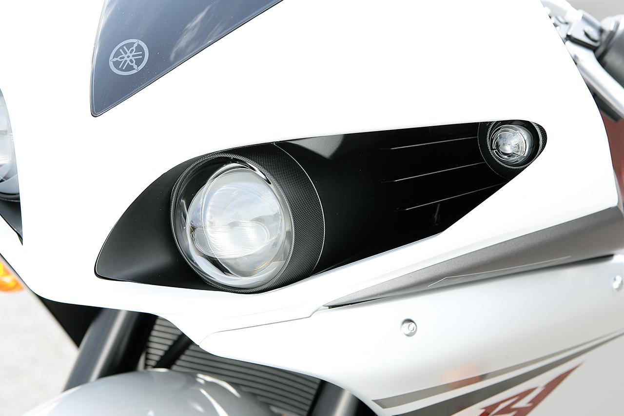 画像: プロジェクターヘッドライトとエアインダクション吸入口を一体化。外側にスモールランプを設けている。