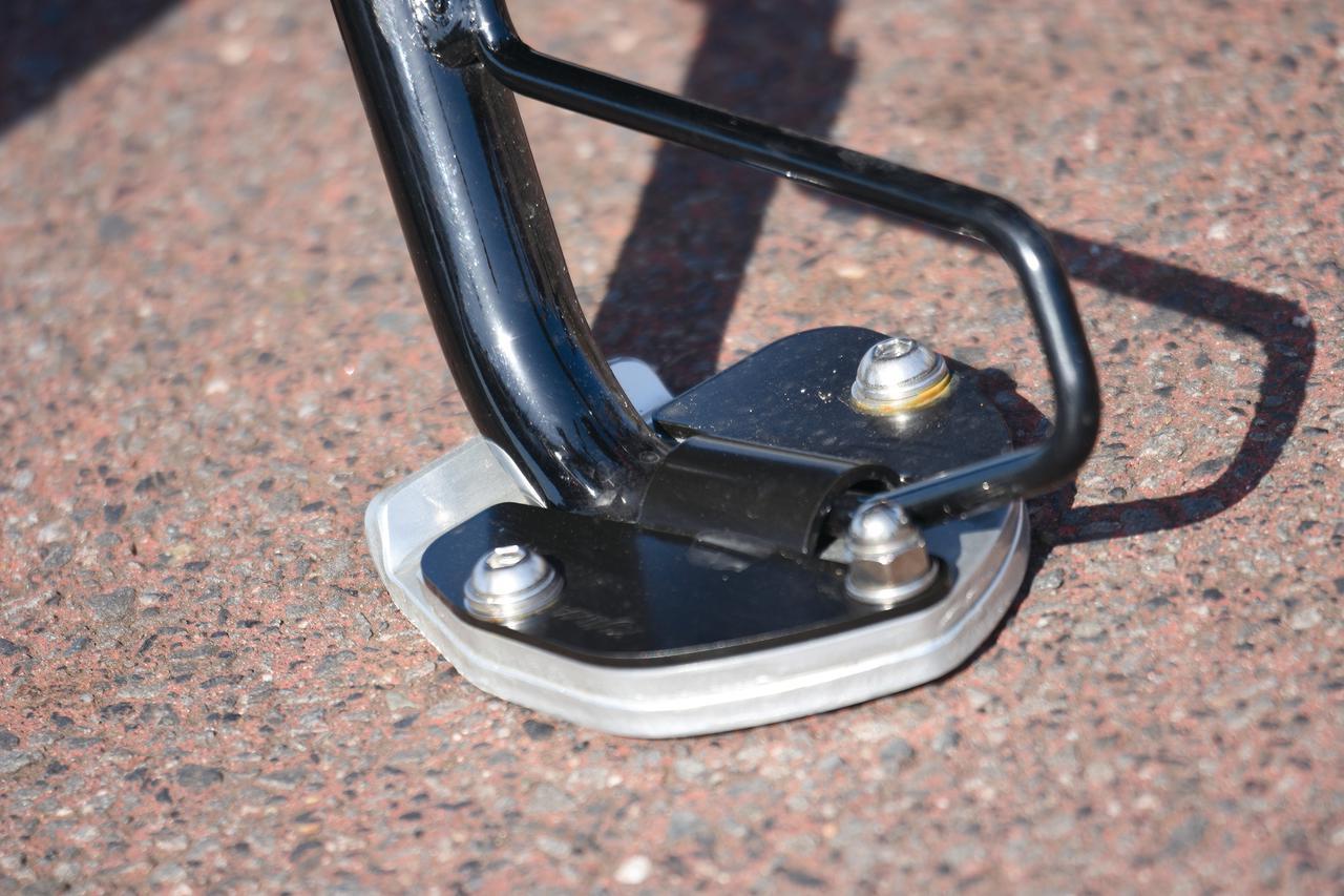 画像: ダートや不整地の駐輪に安定感をアップさせるスタンドワイドプレート:税込8800円。