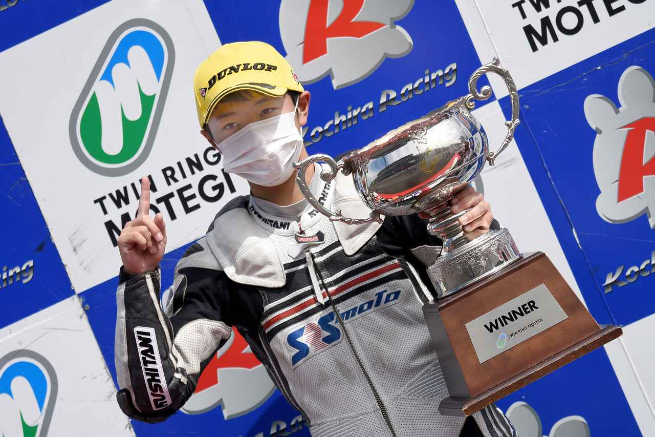 画像: 初優勝の時の表彰台 おどおどするでもなく、落ち着いた表情が印象的でした 写真/中村浩史