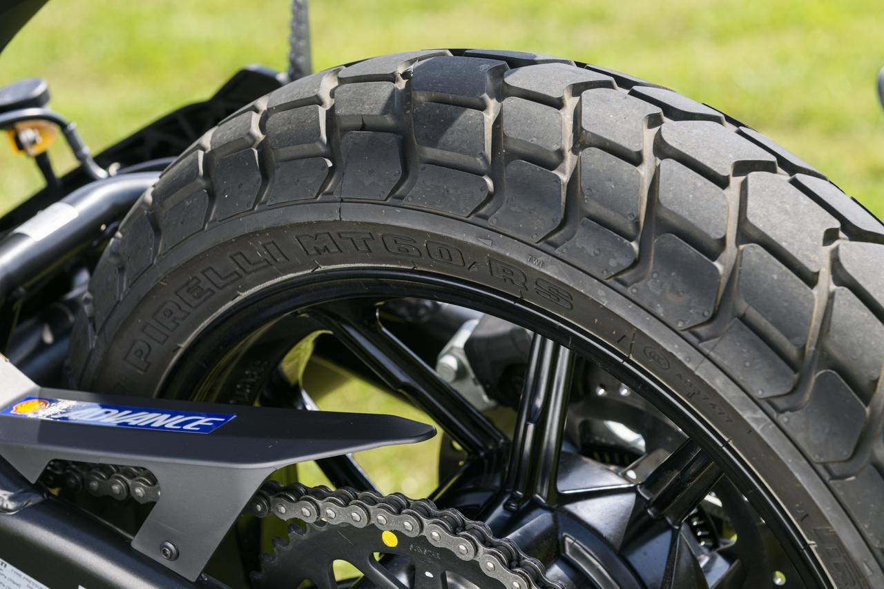 画像: ちょっとしたダートならば不安がなかったタイヤはピレリMT60RS。リアタイヤが800よりもワンサイズ細い160幅なのも軽快なハンドリングを生んで、400ccのパワーにマッチしている。