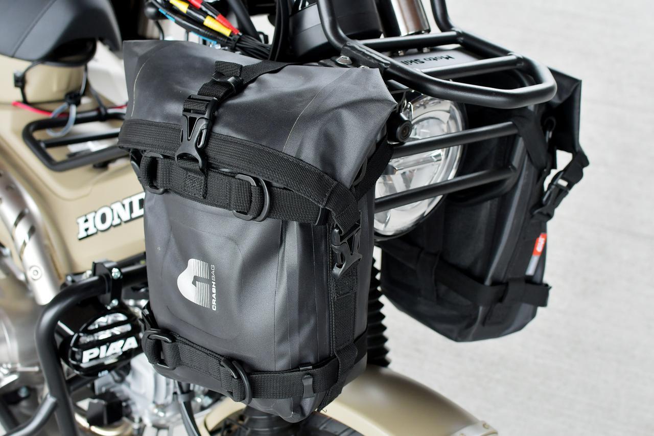 画像: MOTOSKILLのヘッドライトガードにGIVI エンジンガードバッグを装着。ごついぜ。