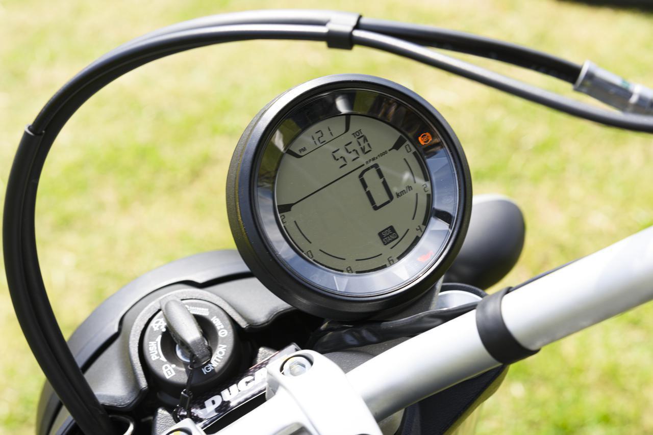 画像: ヘッドライトリム中央にイグニッションキー、そこにオフセットして装着されるシングルメーター。外周にバーグラフ式タコメーターを表示。