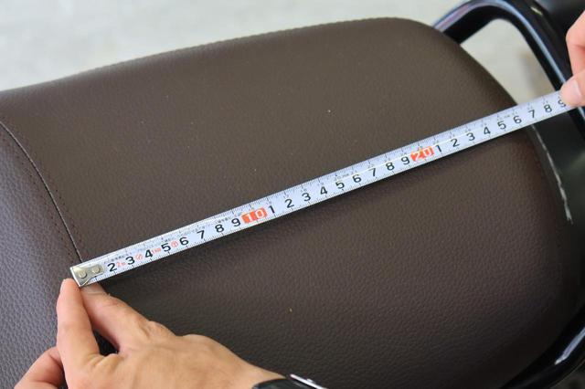画像: リアシートの前後長は約25cm。