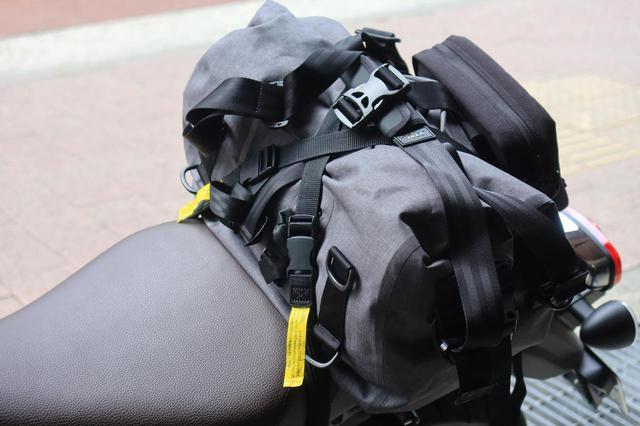 画像: ▲ロックストラップはあらゆるバッグを留められるので、とても便利。サイズによっては段ボール箱なども積載できます。