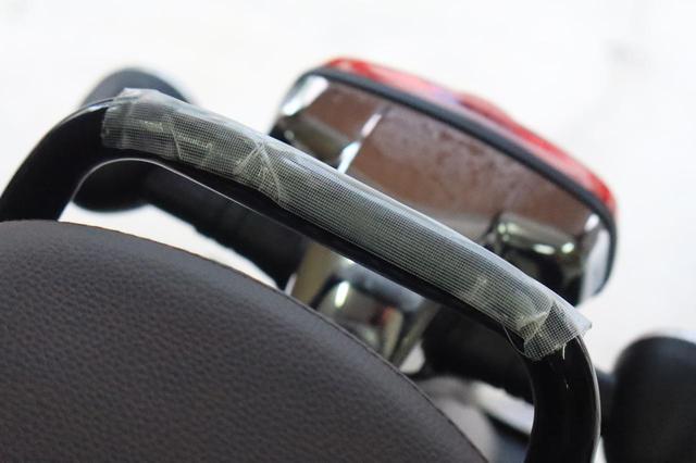 画像: ▲ここに養生テープを貼っておけば、バーに傷をつけず、バッグ側の擦れも軽減できるでしょう。