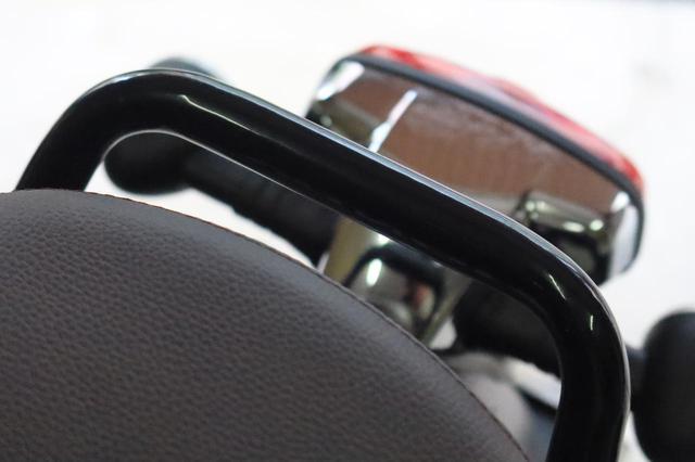 画像: ▲グラブバーはリアシートより少し高いものの、大きいバッグなら段差はそこまで気にならない。