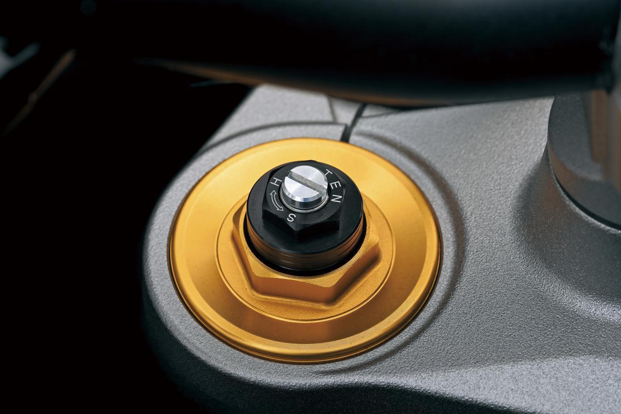 画像: フォークの調整機構も備わるトップキャップはゴールドのアルマイト仕上げとして高級感を演出。