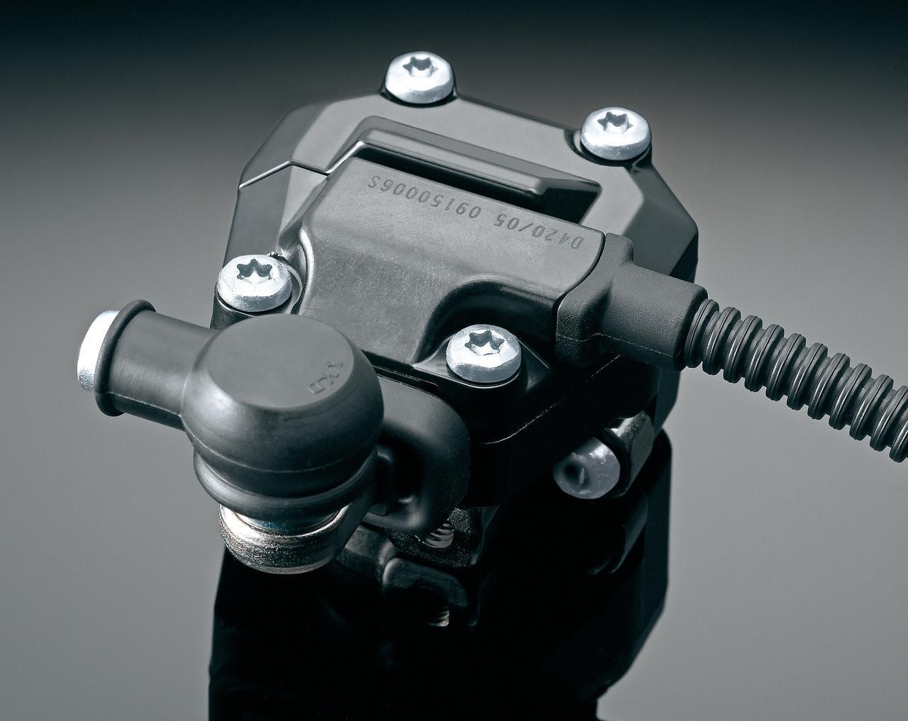 画像: クイックシフターはアップ/ダウン対応。センサーをシフトロッドとは別体としてキレのいいシフトフィールを実現。