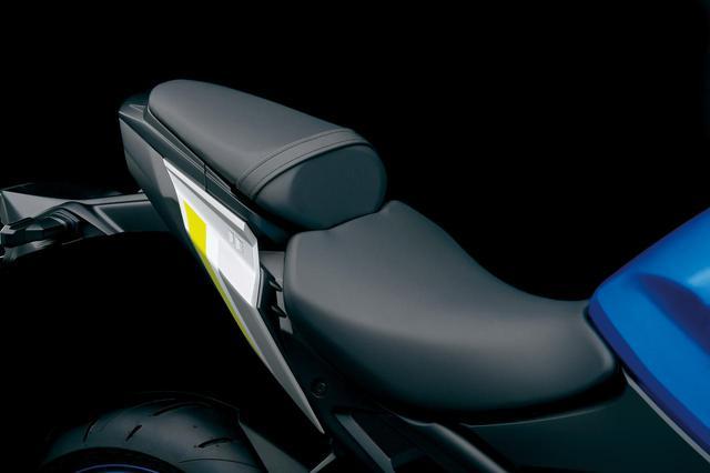 画像: シートはホールド性を高めた新作。滑りにくい表皮を使用し、着座位置の自由度も高められている。