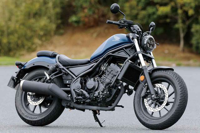 画像: Honda Rebel250 250ccクラス3年連続ベストセラーのレブル。CB250R共通の水冷単気筒エンジンを搭載し、足つき性の良さとスタイリングが人気のポイント。アクセサリー装着車「Sエディション」も発売中。 総排気量:249cc エンジン形式:水冷4ストDOHC4バルブ単気筒 最高出力:19kW(26PS)/9500rpm 最大トルク:22N・m(2.2kgf・m)/7750rpm 車両重量:170kg 税込価格 55万9500円:基本色(3色) 63万8000円:S Edition
