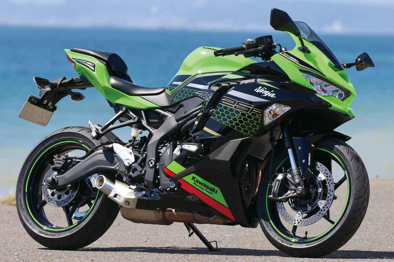 画像: Kawasaki Ninja ZX-25R / SE (写真はNinja ZX-25R SE KRT EDITION) 250ccスポーツ=2気筒エンジンという図式を刷新、カワサキにとっても25年ぶりに登場した4気筒250ccスポーツ。スタンダードとクイックシフター、USBソケットなどを追加したSEも発売。 総排気量:249cc エンジン形式:水冷4ストDOHC4バルブ並列4気筒 最高出力:33kW(45PS)/15500rpm ラムエア加圧時:34kW(46PS)/15500 最大トルク:21N・m(2.1kgf・m)/13000rpm 車両重量:183kg 税込価格 82万5000円:メタリックスパークブラック 91万3000円:Ninja ZX-25R SE (2色)