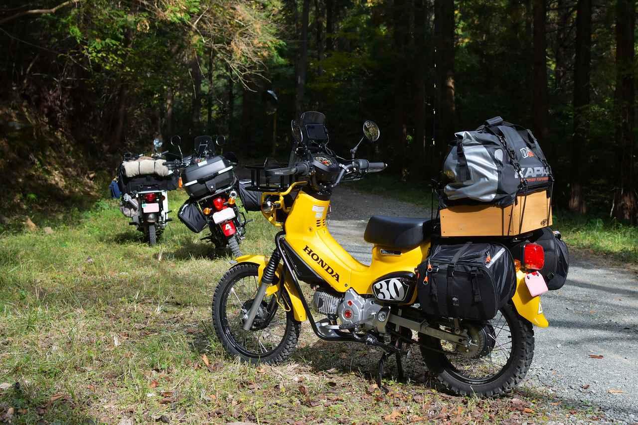 画像: クロスカブ2台とキャンプツーリングに行くので、クロスカブでの積載アイテムや、ツーリング便利装備、そしてキャンプアイテムを紹介するぞ。カブ90はいつも通りです。 - webオートバイ