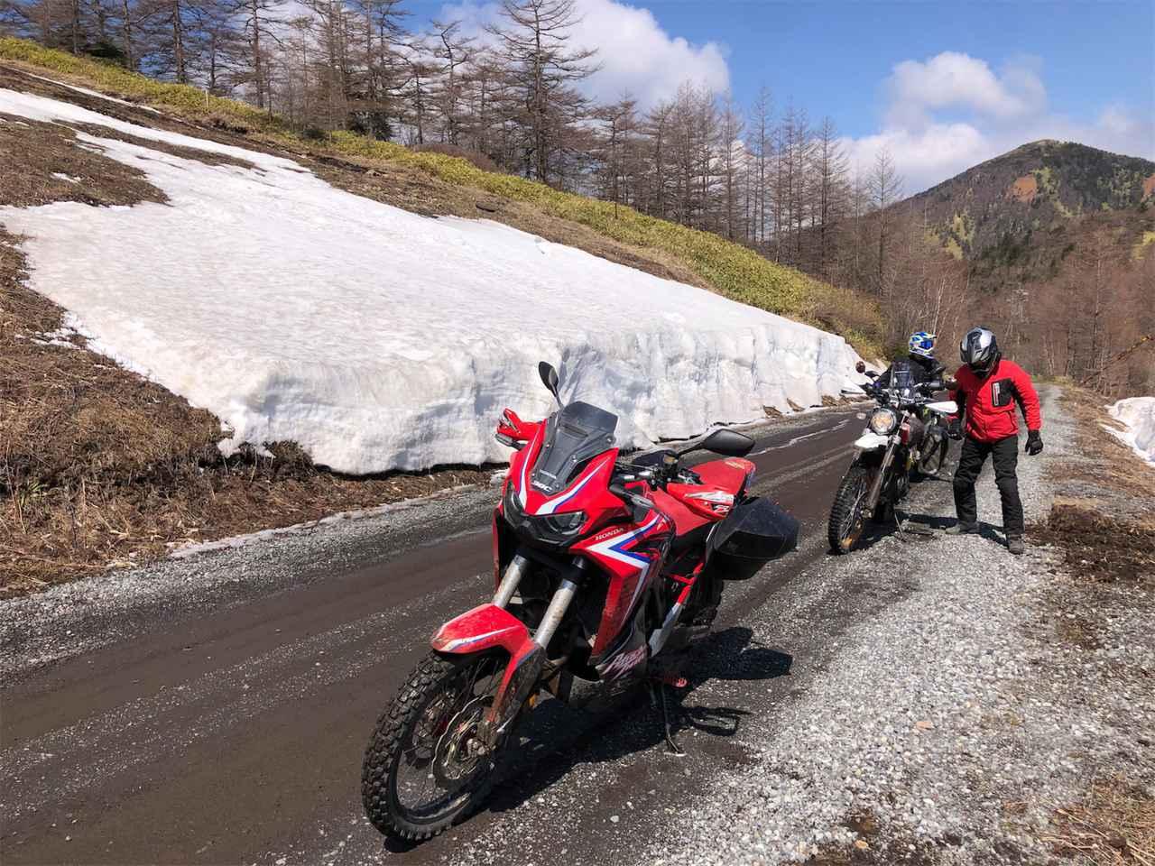画像3: 外は雪景色、ビッグバイク3台は山を下りられるのか?