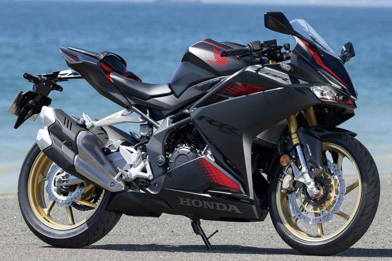 画像: Honda CBR250RR (写真は基本色、マットガンパウダーブラックメタリック) 250cc2気筒フルカウルスポーツの中で、最もスポーツ性が高いと言われているのが、このCBR250RR。250cc初の電子制御スロットル、可変パワーモードを搭載している。 総排気量:249cc エンジン形式:水冷4ストDOHC4バルブ並列2気筒 最高出力:30kW(41PS)/13000rpm 最大トルク:25N・m(2.5kgf・m)/11000rpm 車両重量:168kg 税込価格 82万1700円:基本色(3色) 85万4700円:グランプリレッド(ストライプ)