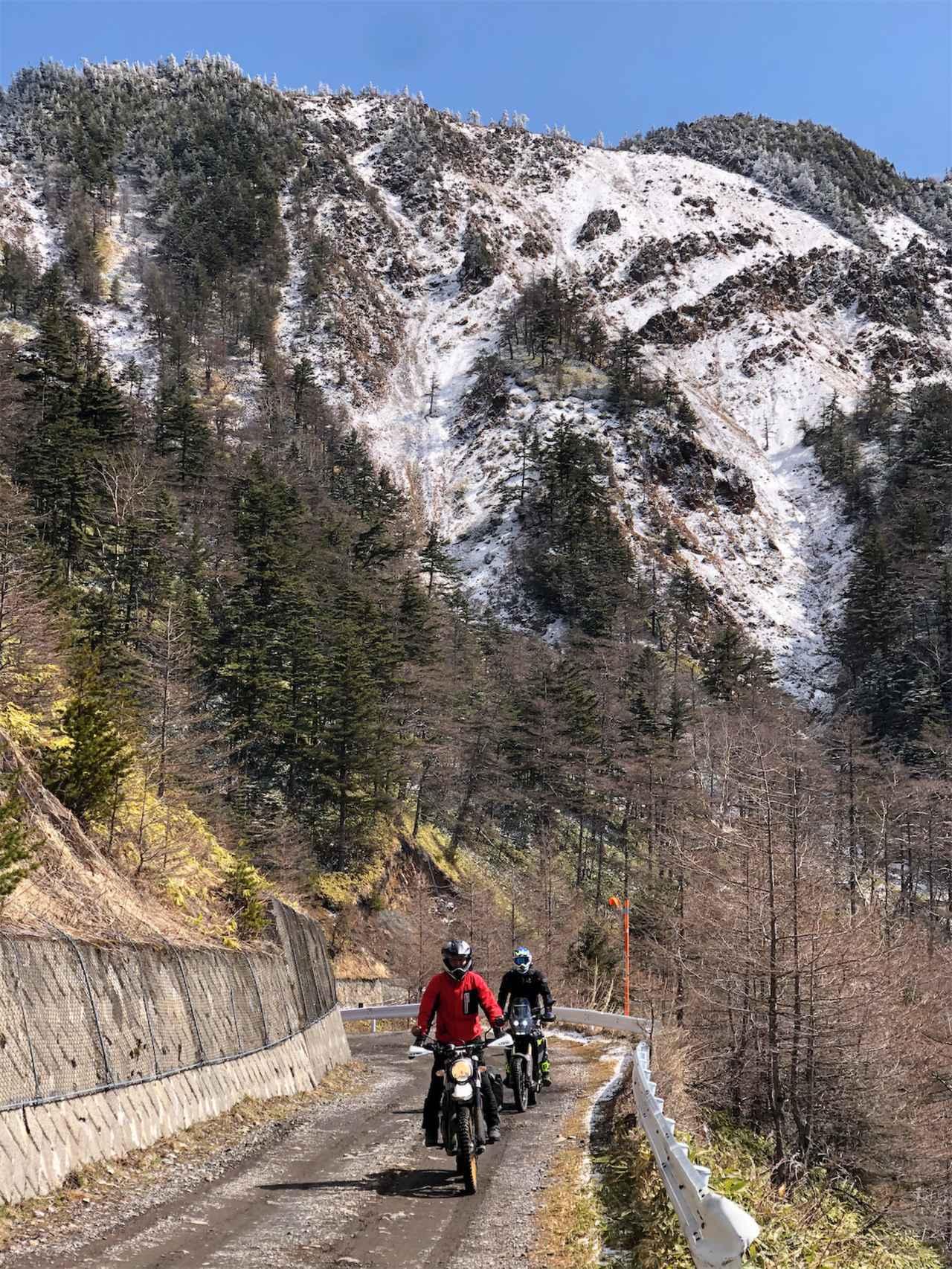 画像2: 外は雪景色、ビッグバイク3台は山を下りられるのか?