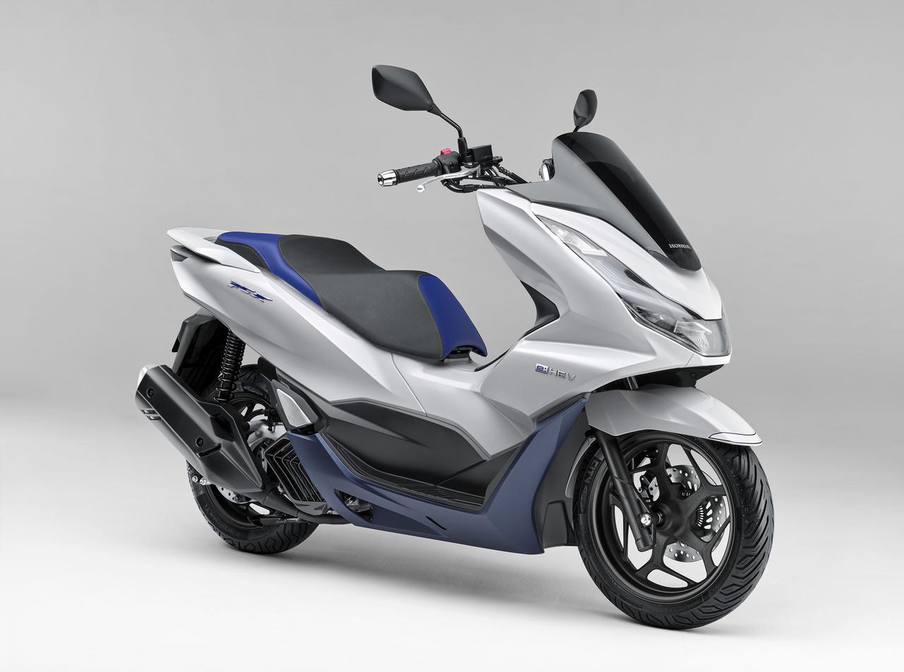 画像: ホンダの4輪ハイブリッド車と統一性を持たせ、車名を改めた「PCX e:HEV(イーエイチイーブイ)」。カラーリングは、パールジャスミンホワイトの1色のみを採用してます。 www.honda.co.jp