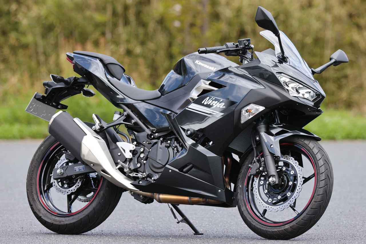 画像: Kawasaki Ninja250 現在の250ccスポーツ人気のきっかけとなったのが、2008年に発売されたNinja250の初代モデル。現在は3世代目で、スタンダードモデルとKRTエディションが発売中。 総排気量:248cc エンジン形式:水冷4スト4バルブ並列2気筒 最高出力:27kW(37PS)/12500rpm 最大トルク:23N・m(2.3kgf・m)/10000rpm 車両重量:166kg 税込価格 64万3500円:メタリックカーボングレー 65万4500円:Ninja 250 KRT EDITION