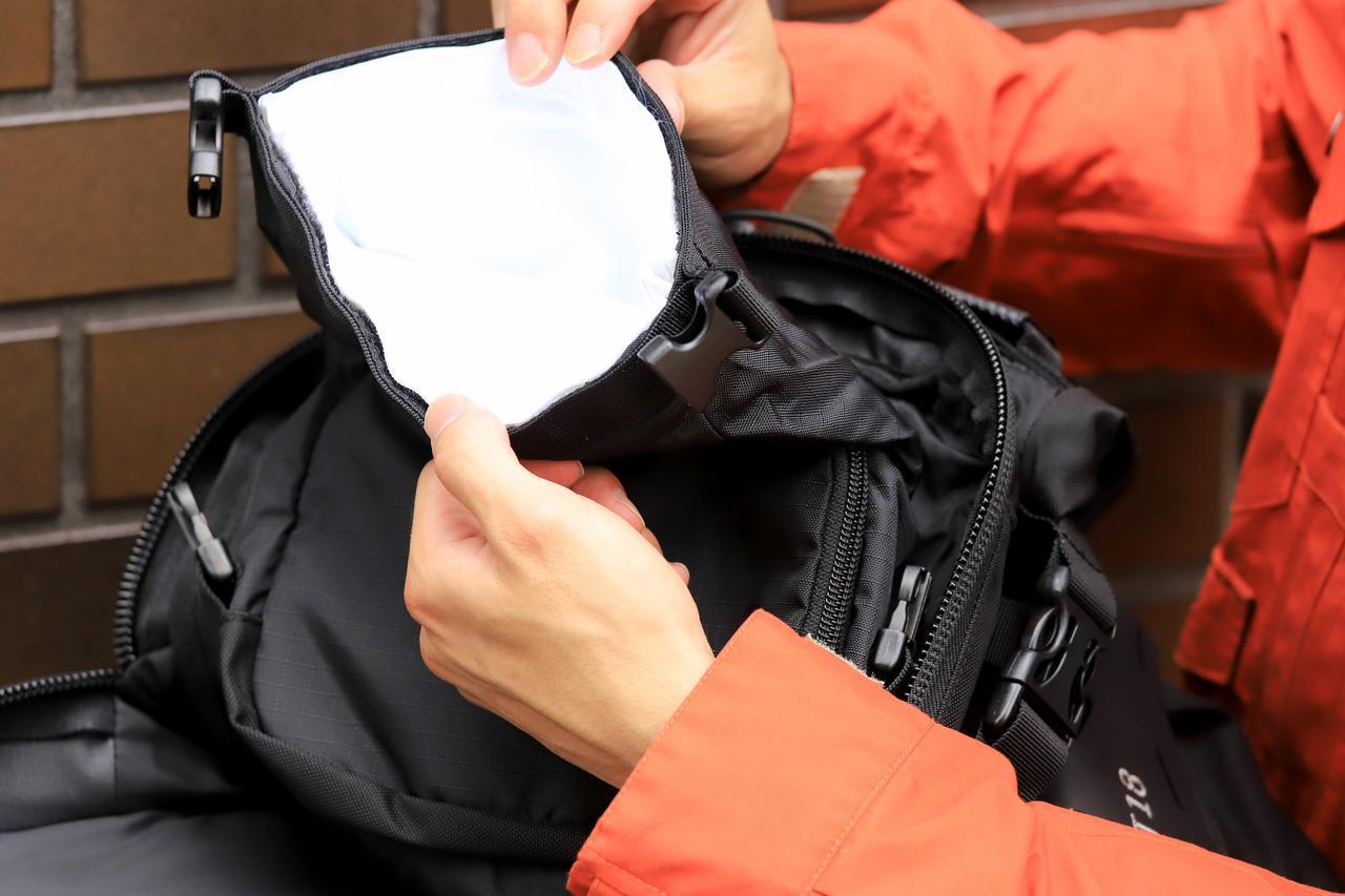 画像: ▲もうひとつはメイン気室の内にある隠しポケットのような防水スペース。貴重品を入れるのによさそうです。