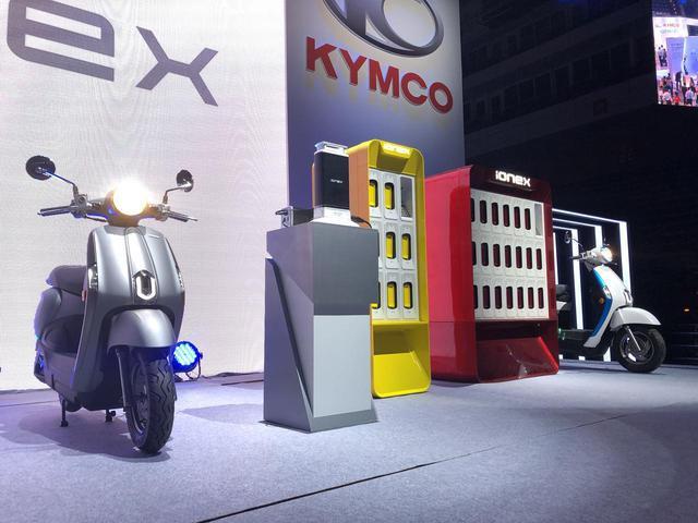 画像: 電動スクーター「New Many 110 EV」とアイオネックスの展示。 www.autoby.jp