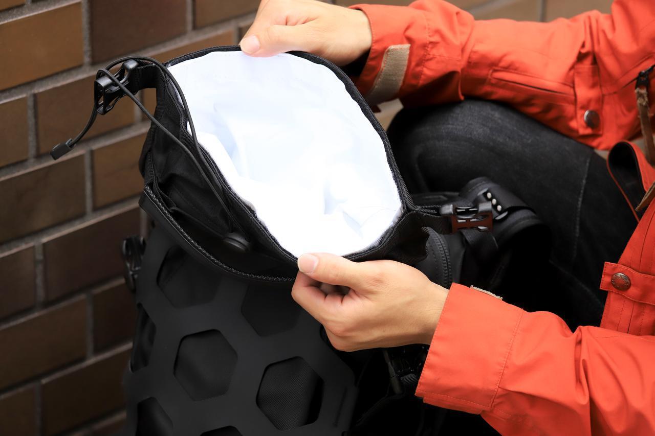 画像: ▲「TRAIL 18 バックパック」は、ロールクロージャー式の完全防水気室を2カ所に配備。ひとつは広めで、ウエア類を入れたり、小型のノートパソコンなどを入れるのによさそう。